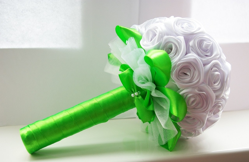 Сделать своими руками букет невесты из атласных лент 32