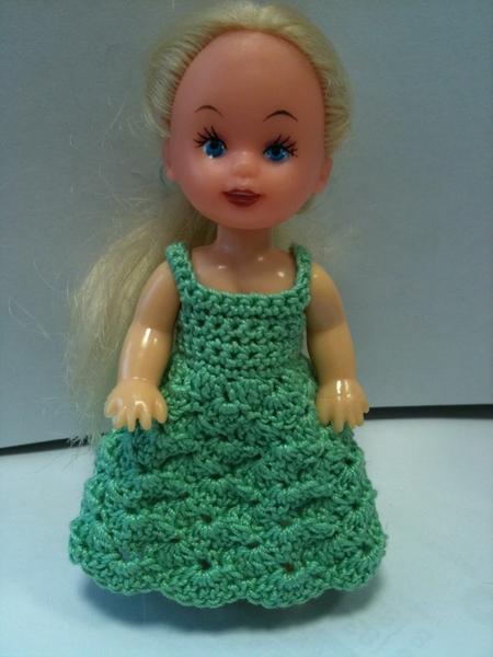 Связать платье маленькой кукле