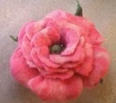 Броши - Валяная брошь цветок Роза коралловая