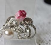 Броши - Брошь лэмпворк со стразами и кристаллами, жемчужиной и бутоном розы