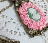Кулоны, подвески - Кулон Дама в розовом