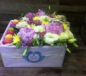 Флористика - Именные коробки с цветами и пирожными макарони